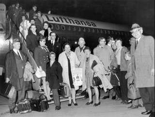 Eine der ersten Reisegruppen beim Abflug in Frankfurt