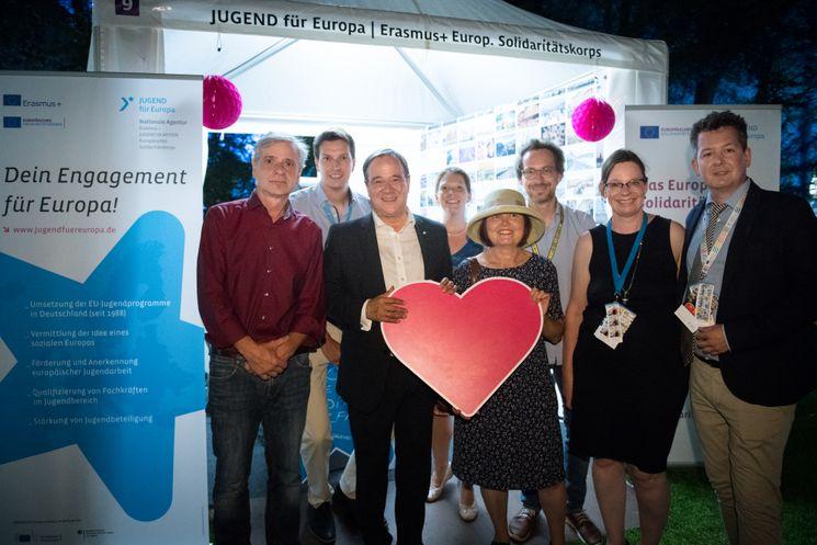 Gruppenfoto des Teams von JUGEND für Europa mit Armin Laschet, Ministerpräsident des Landes Nordrhein-Westfalen