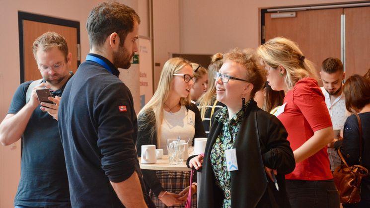 Austausch zwischen einer Teilnehmenden während eines Workshops