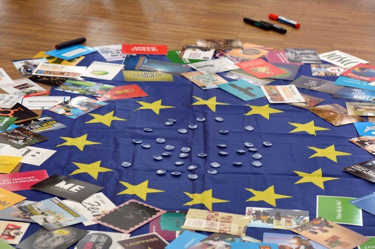 Europaflagge umgeben von Infomaterial zu Europa