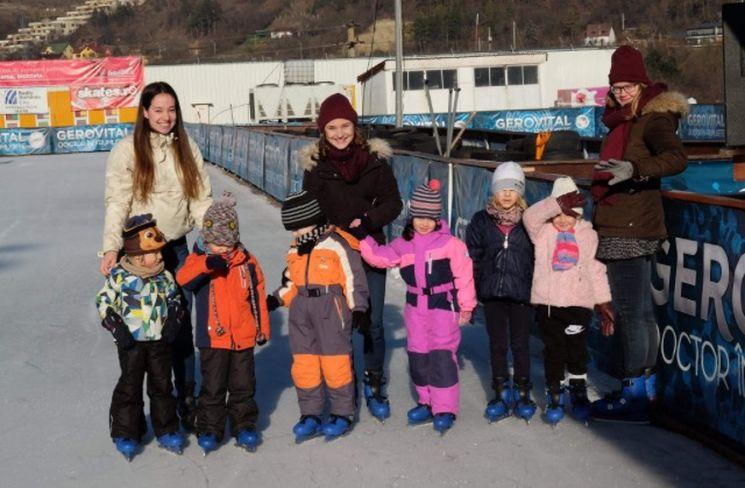 Die 18-jährige ESK'lerin Nina mit Kindern aus der Kindertagesstätte in Rumänien.