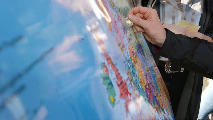 Ein Ort auf einer Europakarte wird markiert