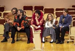 Lauri Vasar (Don Carlos), Goran Jurić (Mendoza), Violeta Urmana (Die Duenna), Aida Garifullina (Luisa) und Bogdan Volkov (Don Antonio)