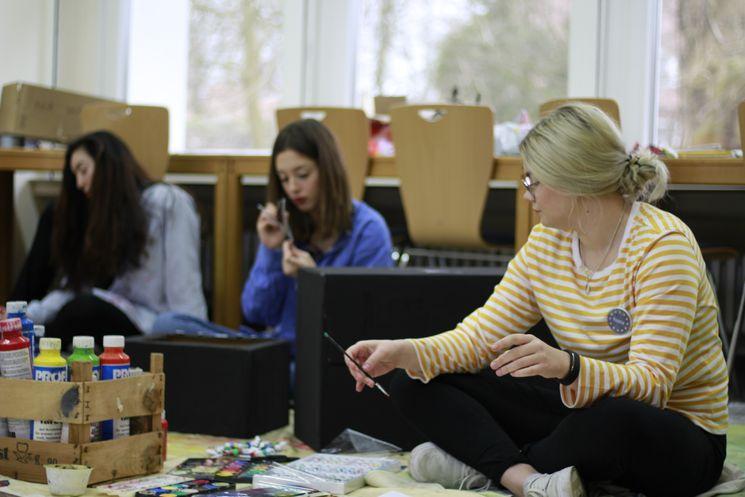 Die 19-jährige Reetta aus Finnland in einem Workshop während des Freiwilligendienstes im ESK.
