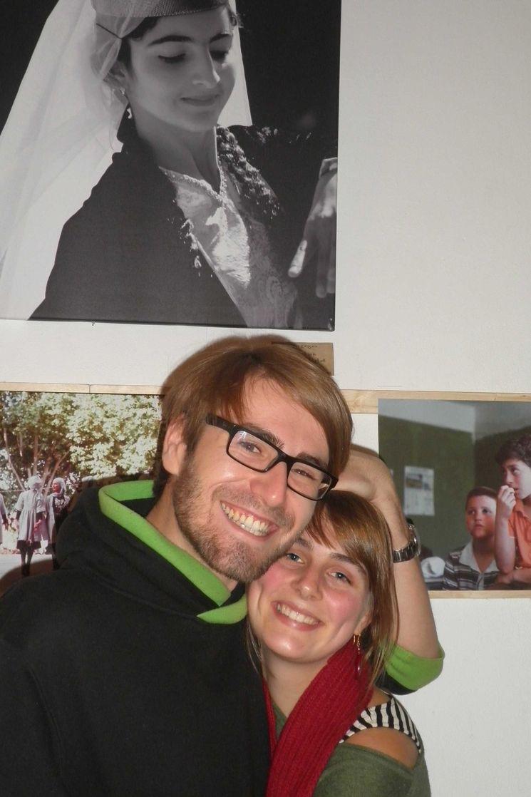 Kalina und Domenico vor einigen ihrer Bilder