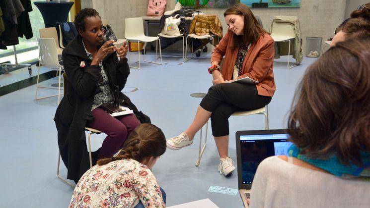 Workshop-Phase. Teilnehmerinnen diskutieren untereinander