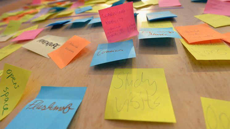 Post-Its mit der Aufschrift Learning Mobility und Study Visits