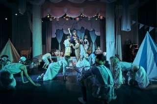 Daniel Arnaldos (Prinz), Rowan Hellier (Fata Morgana) und Ensemble des Kinderopernhauses Unter den Linden