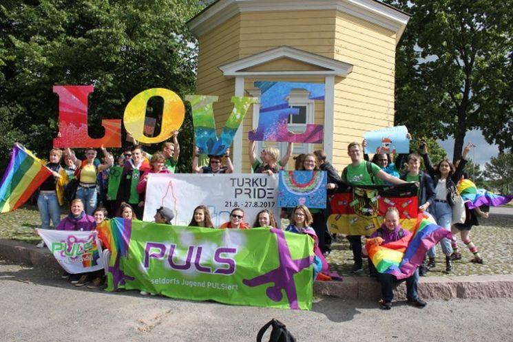 Jugendliche aus Düsseldorf und Turku nehmen zusammen an der Turku Pride teil. Foto: PULS Düsseldorf