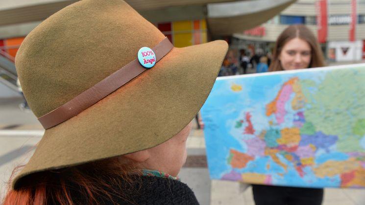 Frau mit Hut vor einer Europakarte