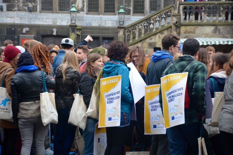 Freiwillige mit Schildern