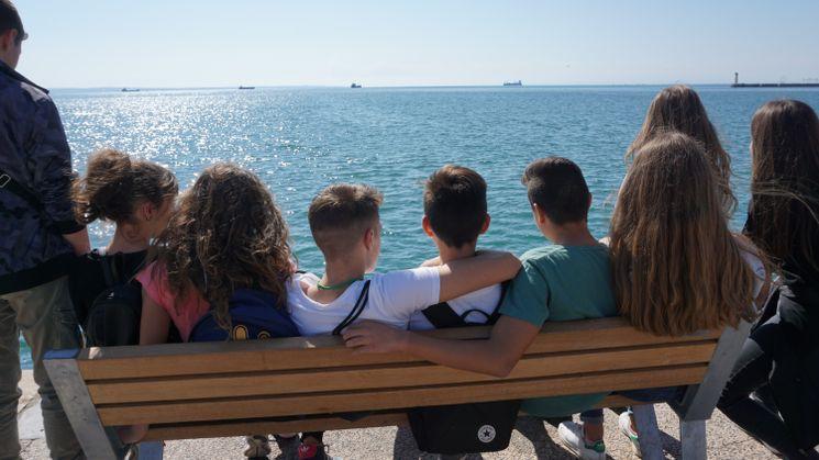 Jugendliche blicken aufs Meer / Quelle: ©wir weit weg/KINDERVEREINIGUNG Leipzig e.V.