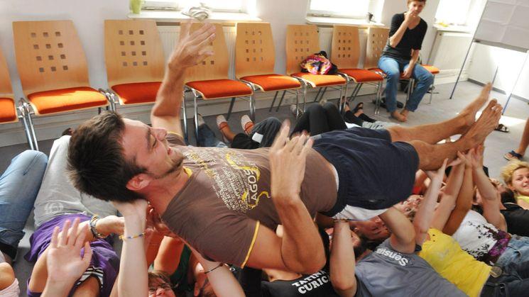 Jugendbegegnung: Ein junger Mann wird auf Händen getragen.