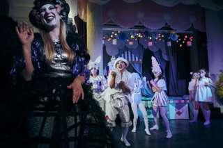 Rowan Hellier (Fata Morgana), Adriane Queiroz (Truffaldino) und Ensemble des Kinderopernhauses Unter den Linden