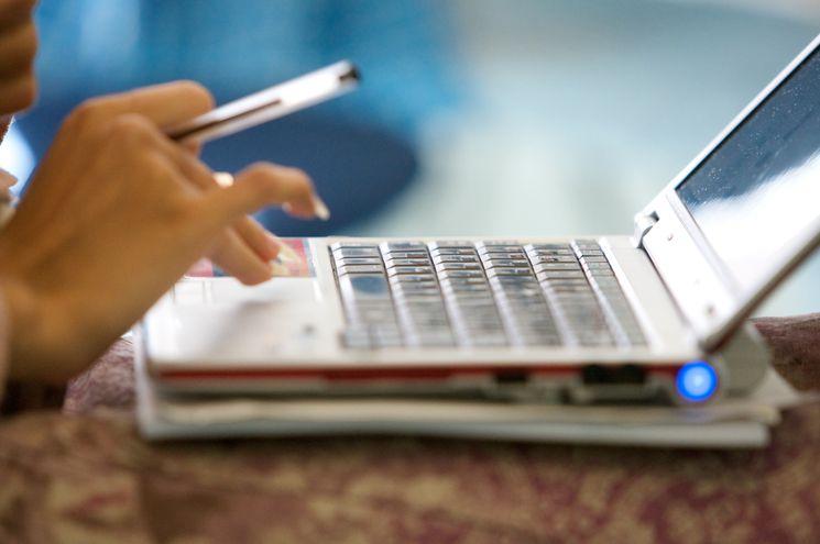 Hand über einer Laptop-Tastatur