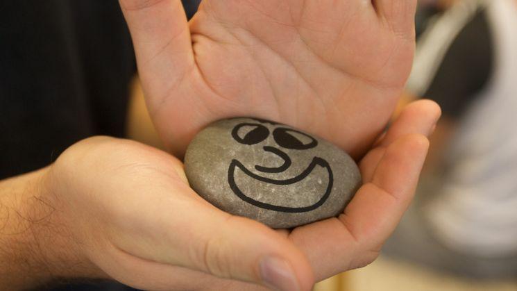 Bemalter Stein mit einem lächelnden Gesicht